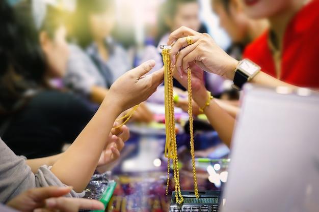 Клиенты покупают золотые украшения в магазине золота