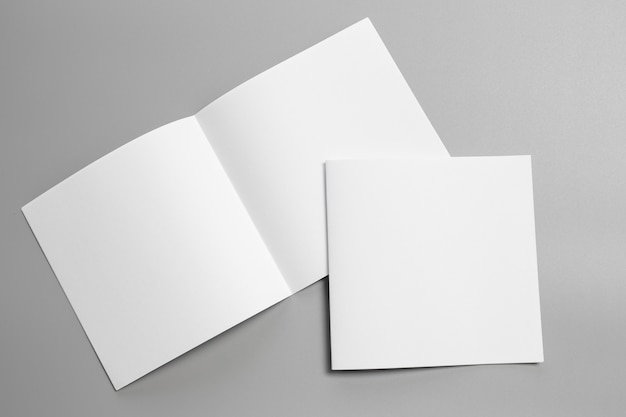 Пустая портретная макетная бумага. брошюра журнала, изолированных на сером, сменный фон