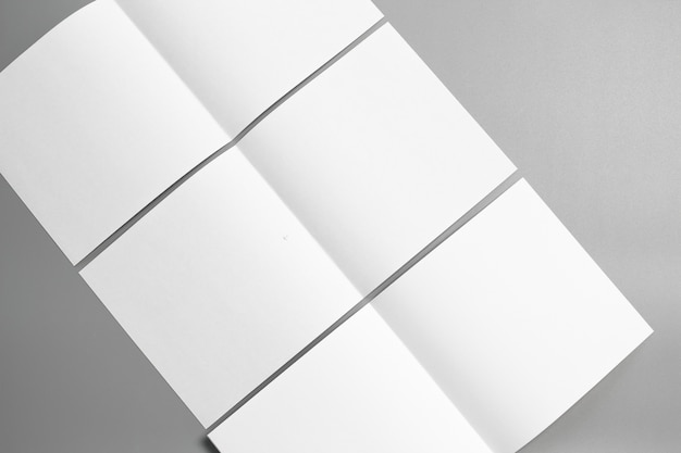 空の肖像画モックアップ紙。灰色、変化する背景に隔離されたパンフレット雑誌