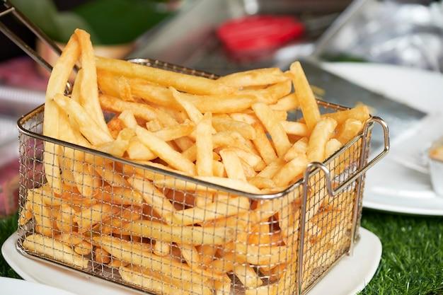 Картофель фри в корзине.
