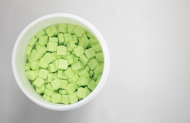 緑の薬の丸薬が上から見ることができます