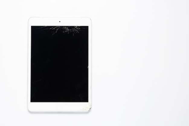 白い背景に壊れた亀裂のタッチスクリーンモニタータブレット