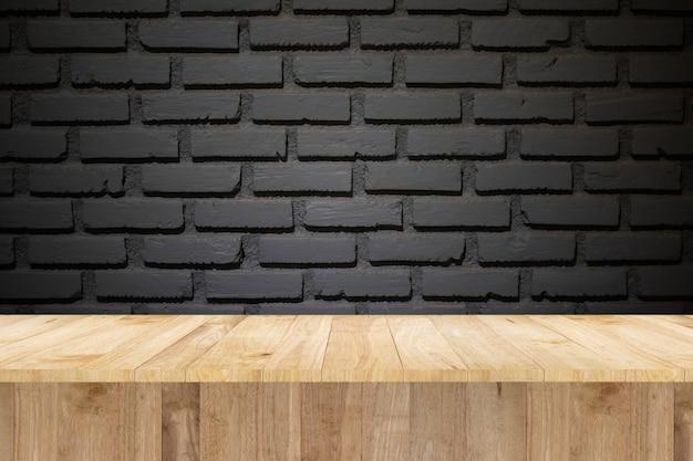 展示品とレンガの壁のための木製のテーブル
