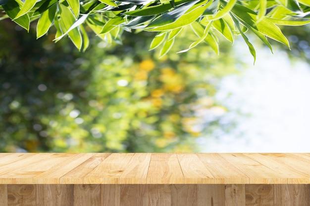 木の木製テーブルの下に製品を展示する