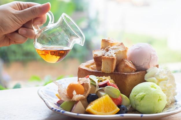 Мороженое фруктовый медовый тост сладкий холодный десерт