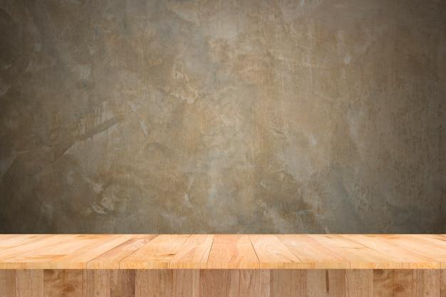 表示製品とヴィンテージの壁の木のテーブル