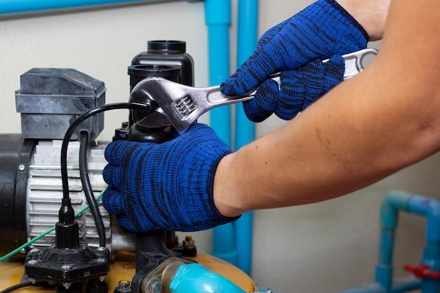 水ポンプの労働者技術者メンテナンス修理ガジェット値