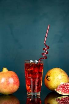 Холодный рубиновый сок в стакане и соломе