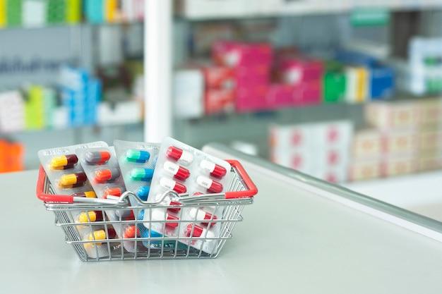 Аптекарь в корзине на столе в аптеке аптека