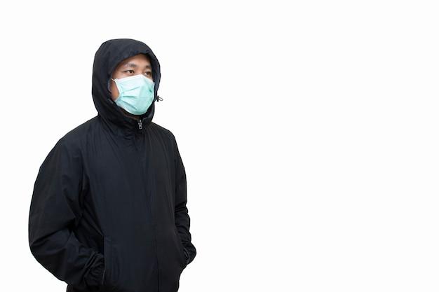 Человек юго-восточной азии носить хирургические маски изолировать на белом фоне отсечения путь