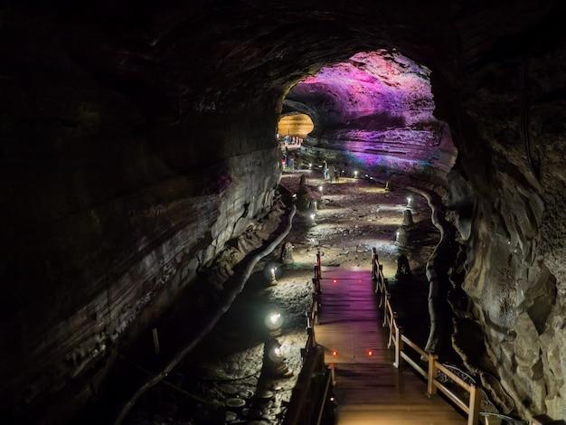 マンジャングル洞窟内の廊下には、溶岩の流れを見るためのライトがあります。韓国の済州島。