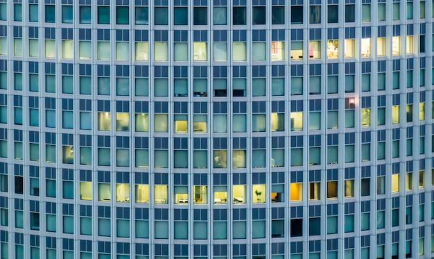 カーテンを開閉する高層ビルの窓