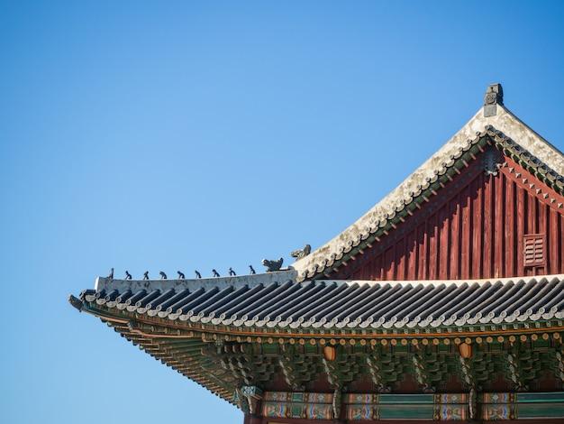 古代の美しい建築物である韓国式または中国式の屋根の形。