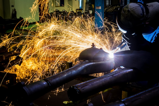 Рабочие долбят углеродистой сварочной проволокой с искрами