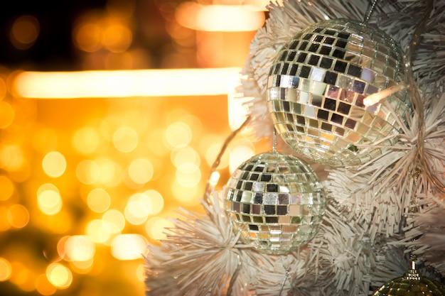 メリークリスマスのためのミラーディスコボールの装飾で飾られたクリスマスツリー