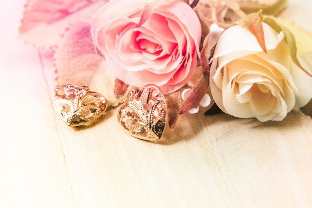 バラの花束と木製の背景、ピンクのヴィンテージとバレンタインの概念にハート形を閉じます。