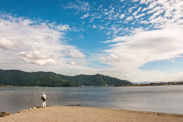 Гора фудзи на озере кавагутико в яманаси, япония