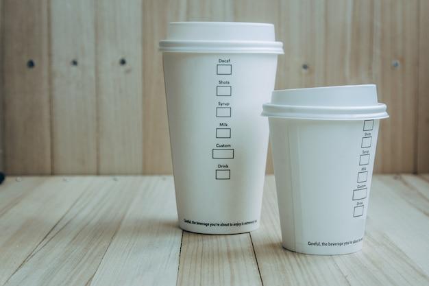 プラスチック・紙製のコーヒーカップ