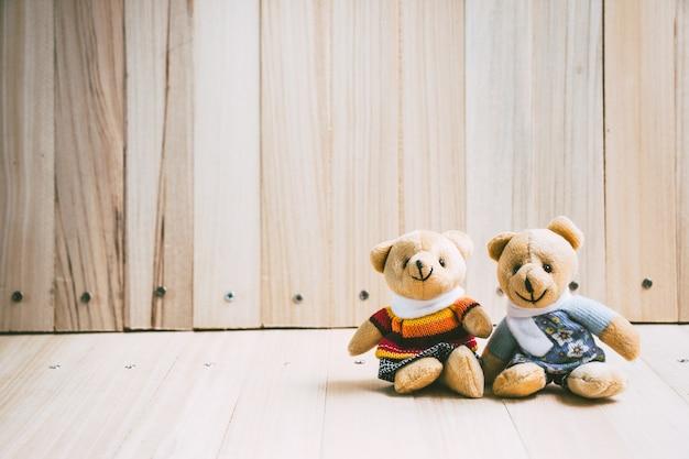 愛するカップルを抱きしめて愛し合っている熊たちは一緒に座ります。バレンタインのコンセプト。