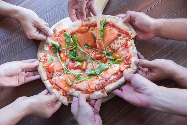 ピザの部分に描かれた手、ピザの共有、株主へのビジネスのシェア