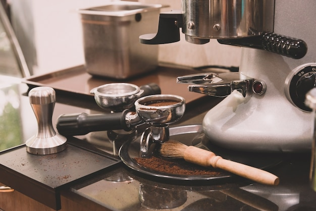 コーヒーショップでのコーヒーマシン用のエスプレッソと改ざんとコーヒーツール