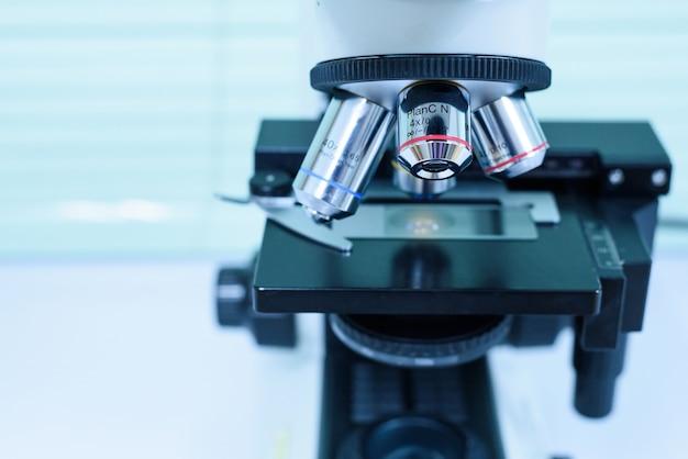 体液からの科学者診断細菌のための顕微鏡レンズを閉じます。