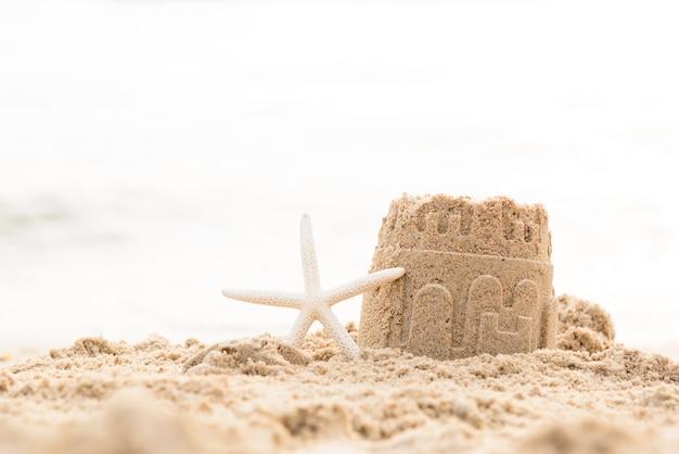砂浜の上のヒトデと砂の城