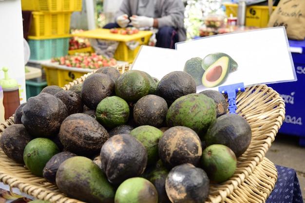 タイの田園地帯のバザーでの販売用アボカド果実。