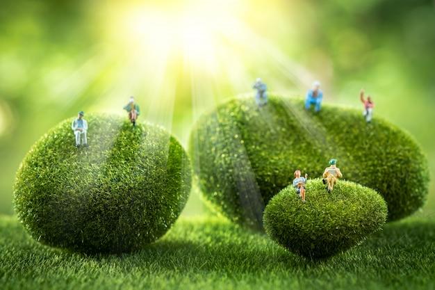 緑の苔石の上に座ってビジネス人々。