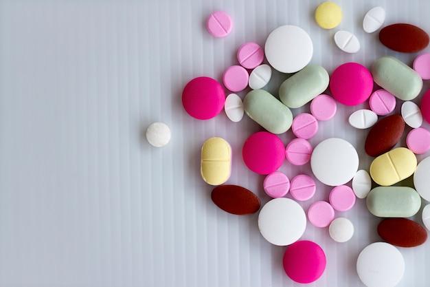各種医薬品薬、錠剤やカプセル白い背景の上