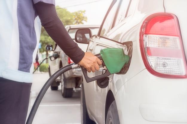 ガソリンスタンドで車両に石油を給油する燃料監視システムのクローズアップ