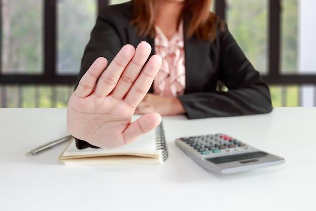 ビジネスの女性は、彼女のオフィスでいいえまたはホールド