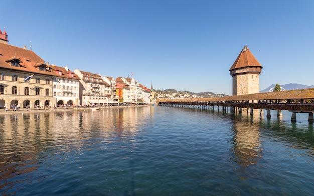 Старая деревянная архитектура под названием часовенный мост в люцерне, швейцария