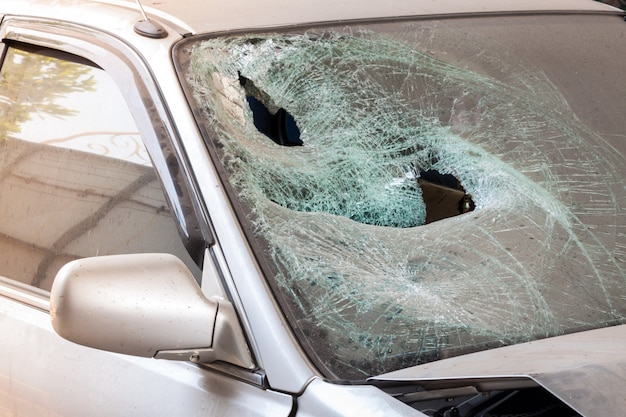 壊れたフロントガラスがクラッシュした車