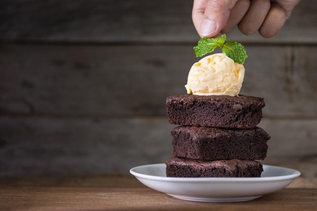 チョコレートブラウニースタックと上にバニラアイスクリーム