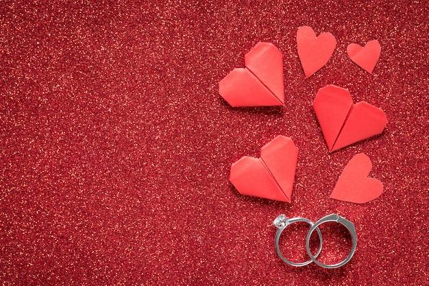 赤い輝きテクスチャ、バレンタインの日、ロマンス、結婚記念日のギフトにダイヤモンドリング