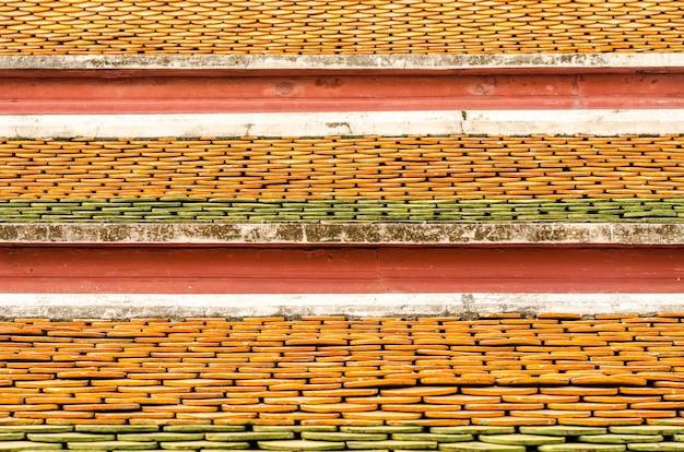 タイの寺院の屋根の上のレンガ