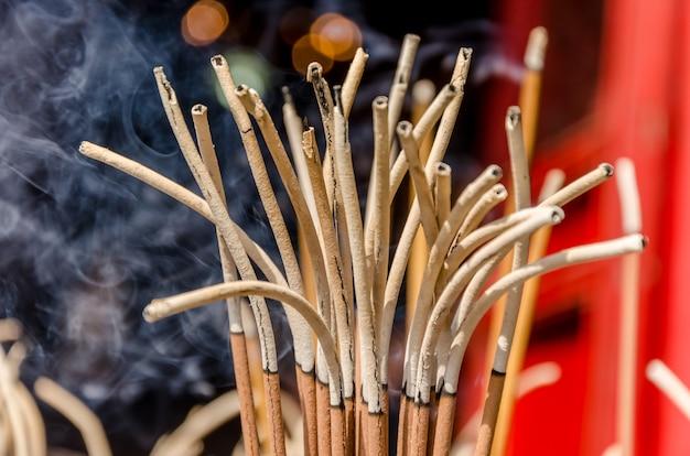 中国の寺で香を燃やす