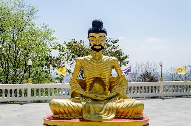 瞑想する僧侶の像