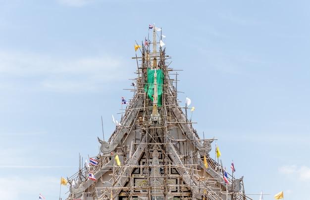 青い空の背景と寺院の建設。