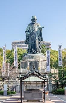 日本の仏教学校、日蓮学派の創始者である日蓮正人の銅像