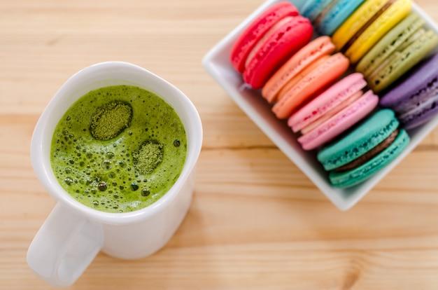 カラフルなマカロンと緑茶