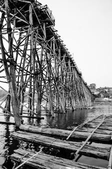 Черно-белый мост на закате, сангкла, провинция канчанабури, таиланд