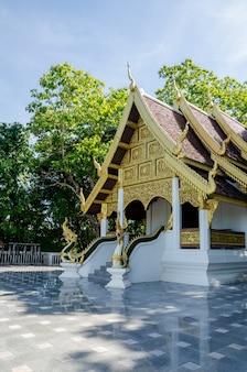 タイの寺院と新鮮な庭園