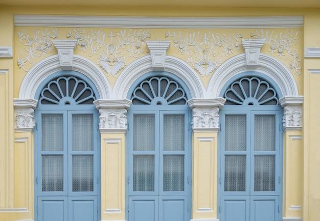 美しくてカラフルな窓のスタイル。