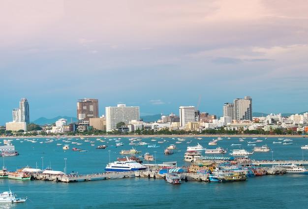Паттайя городской пейзаж красивый вид на залив.