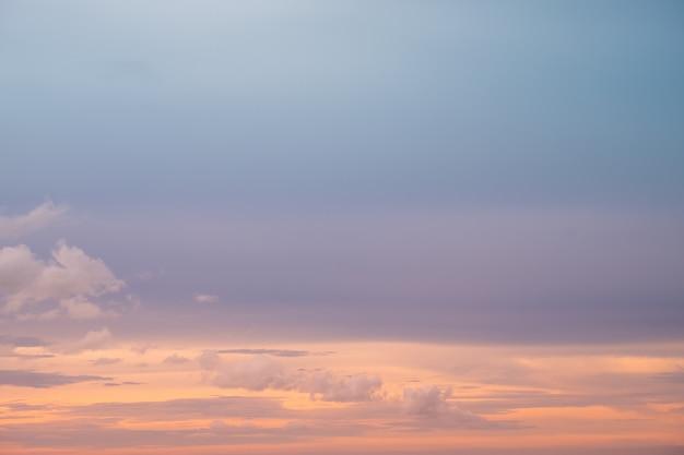海と美しい夕暮れの雲景。
