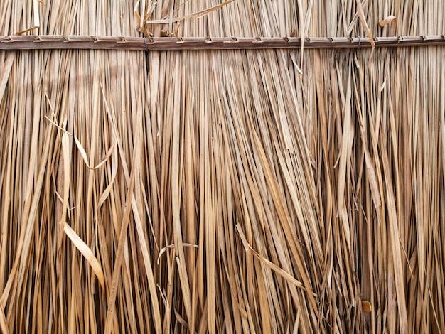 屋根の小屋を作るために乾いた草。