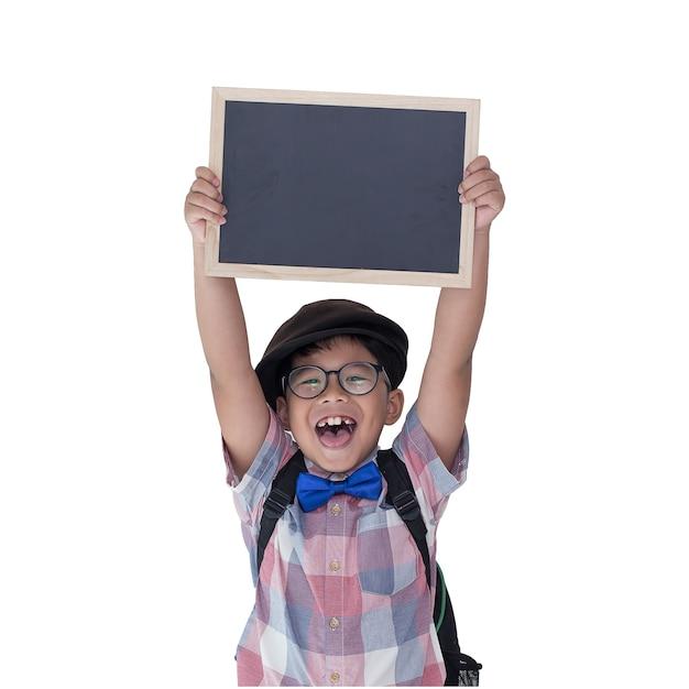 孤立した白い背景で黒板を持っている小さな男の子