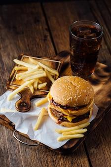 ハンバーガーとフライドポテトの木製テーブル